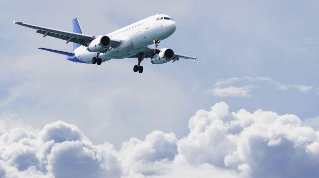 Das Bild zeigt ein Flugzeug im Flug.