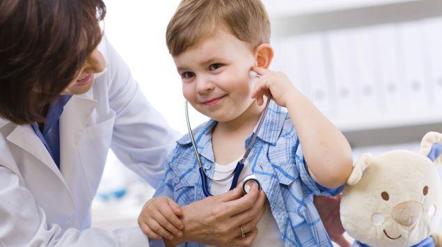 Das Bild zeigt einen kleinen Jungen, der untersucht wird.