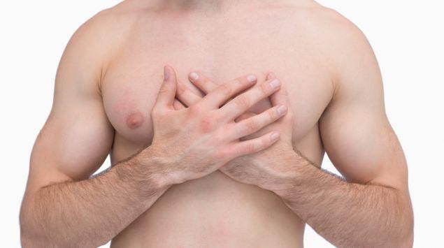 Das Bild zeigt einen Mann, der seine Hände auf die Brust legt.