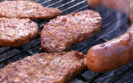Gesund grillen: Fleisch auf einem Grill.