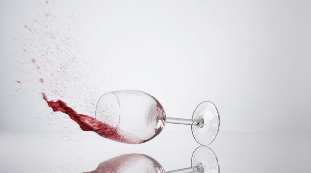 Ein umfallendes Glas Rotwein.