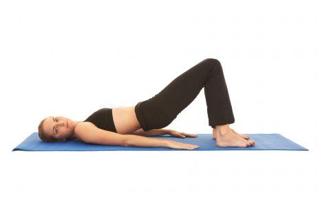 Das Bild zeigt eine Frau beim Rückentraining.