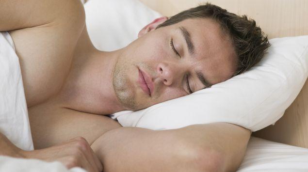 Das Bild zeigt einen schlafenden Mann.
