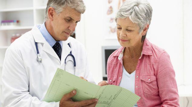 Das Bild zeigt einen Arzt im Patientengespräch.
