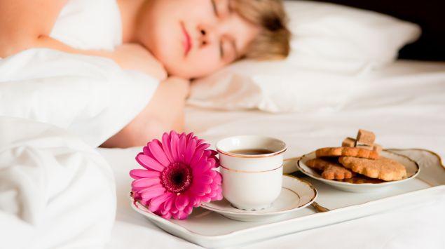 Das Bild zeigt eine schlafende Frau.
