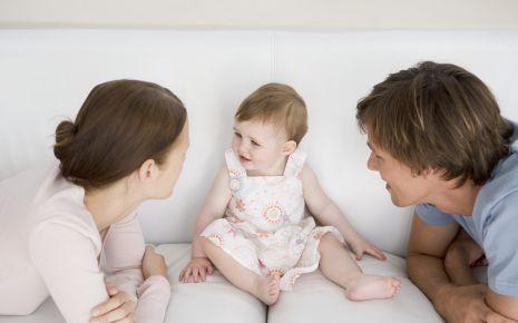 Das Bild zeigt ein Kleinkind und eine Frau und einen Mann.