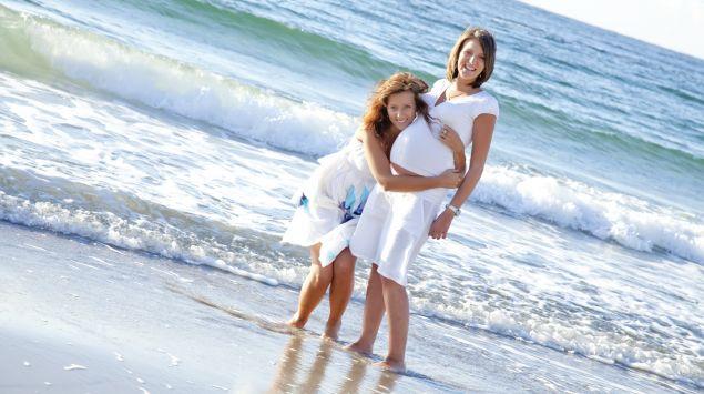 Das Bild zeigt eine schwangere Frau mit einer Freundin.