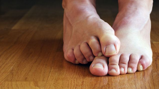 Man sieht zwei nackte Füße.