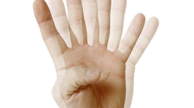 Man sieht vier Finger einer Hand.