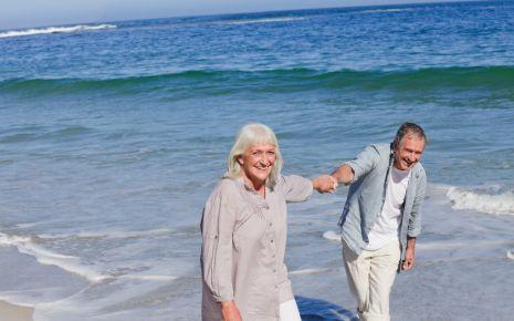 Man sieht ein älteres Paar am Meer.