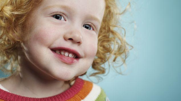 Das Bild zeigt ein hellhäutiges Mädchen mit rötlichen Haaren.