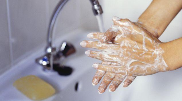 Das Bild zeigt eingeseifte Hände.