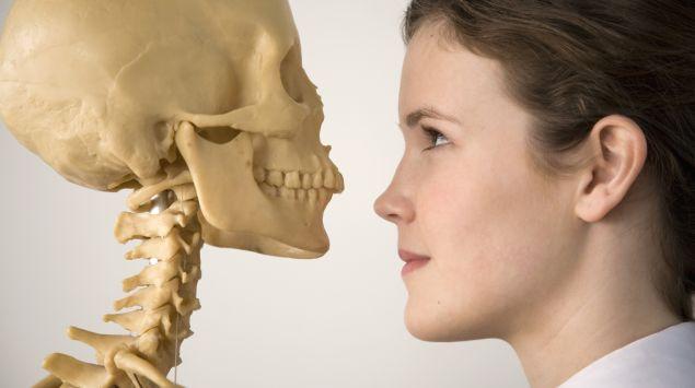 Das Bild zeigt eine Frau und ein Skelett.