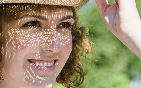 Das Bild zeigt eine Frau mit Sonnenhut.