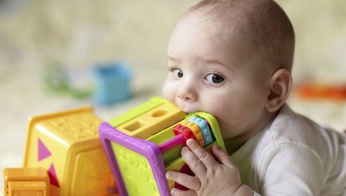 Das Bild zeigt ein Baby und Spielzeug.