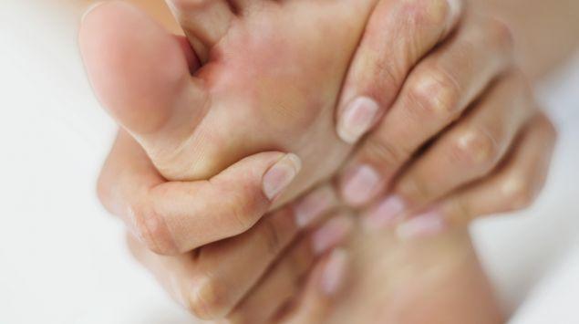 Das Bild zeigt einen Fuß und Hände.