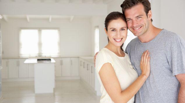 Ein Paar hält sich im Arm und lacht.