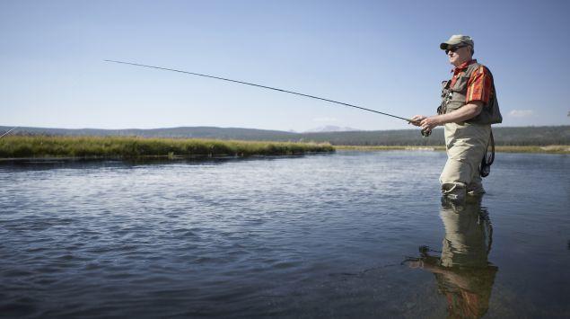 Das Bild zeigt einen Angler am See.