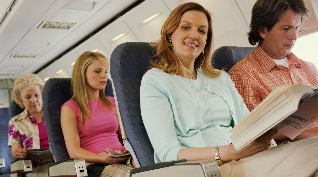 Das Bild zeigt Personen im Flugzeug.