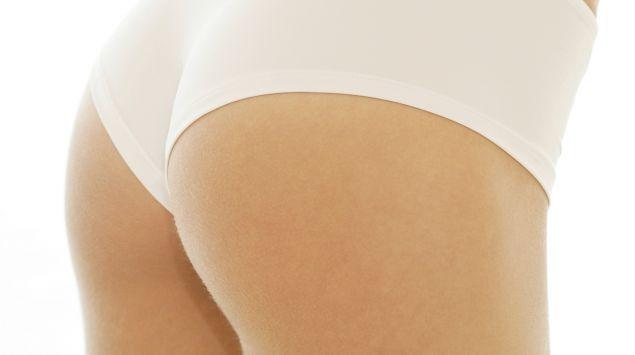 Das Bild zeigt eine Frau in Unterhose.
