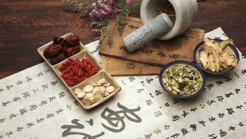 Das zeigt chinesische Schriftzeichen, Beeren und Kräuter.