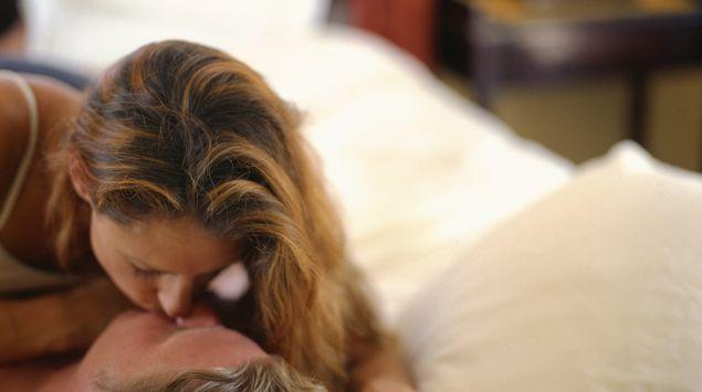 Das Bild zeigt ein Pärchen, dass sich küsst.