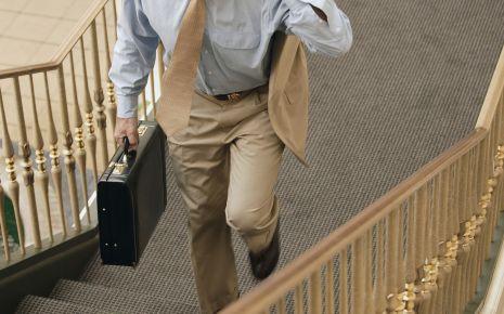 Krampfadern: Ein Geschäftsmann steigt eine Treppe hinauf.