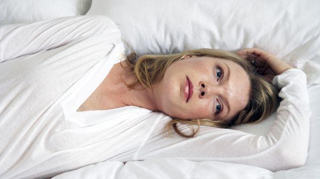 Das Bild zeigt eine liegende Frau.