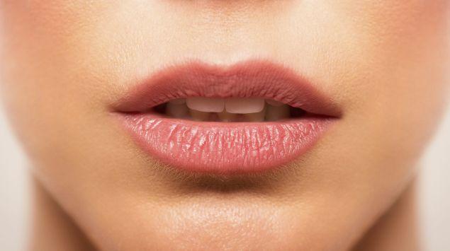 Das Bild zeigt den Mund einer Frau.