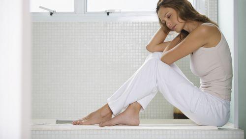 Das Bild zeigt eine Frau im Badezimmer.