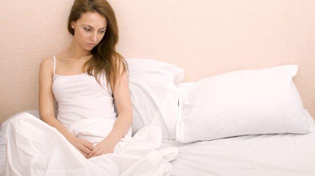 Das Bild zeigt eine Frau im Bett.