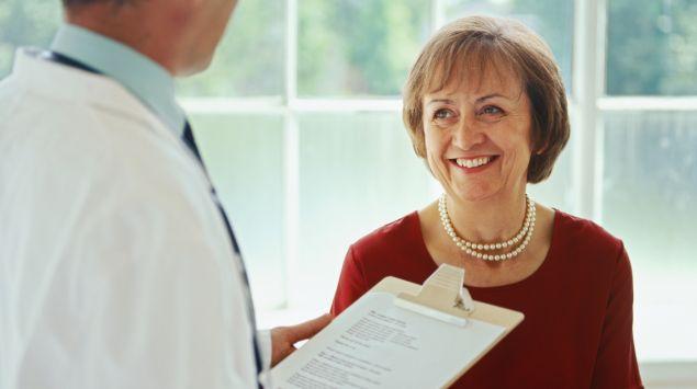 Das Bild zeigt eine Patientin im Arztgespräch.