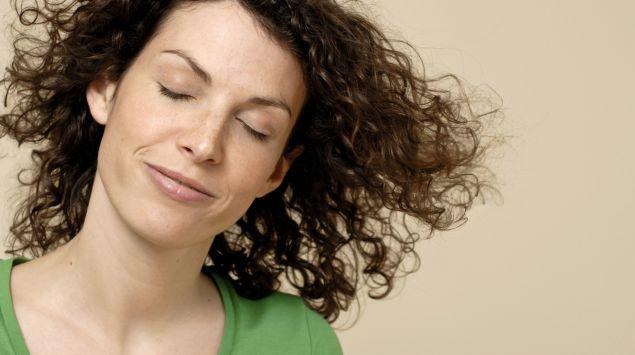 Das Bild zeigt eine Frau mit geschlossenen Augen.