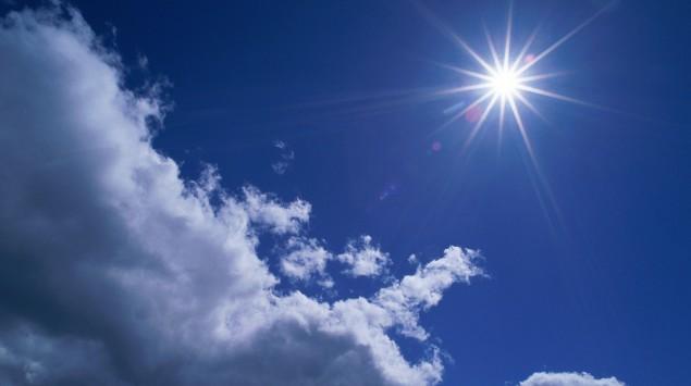 Das Bild zeigt Sonne und Himmel.