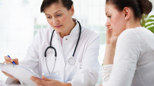 EIne Ärztin bespricht etwas mit ihrer Patientin.