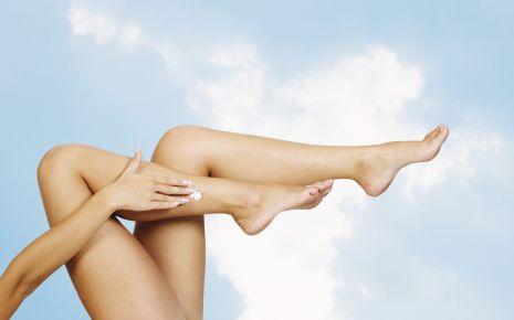 Krampfadern: Das Bild zeigt nackte Frauenbeine.