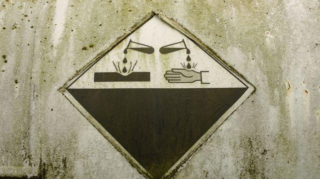 Das Bild zeigt eine Schild, das vor Säure warnt.