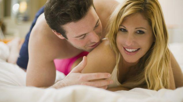 Das Bild zeigt eine Frau und einen Mann, die im Bett liegen.