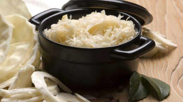 Das Bild zeigt einen Topf mit Sauerkraut.