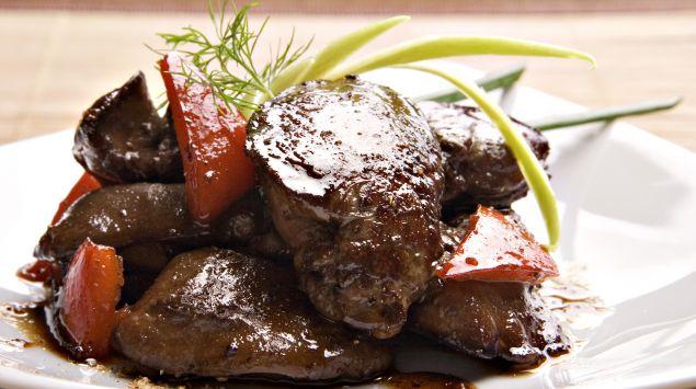 Das Bild zeigt einen Teller mit gebratenem Fleisch.