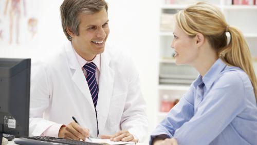 Das Bild zeigt eine Frau im Gespräch mit einem Arzt.