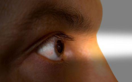 Ein Mann beobachtet etwas durch ein Gucklock.