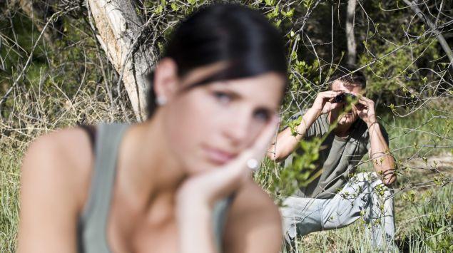 Das Bild zeigt einen Mann, der eine Frau beobachtet.