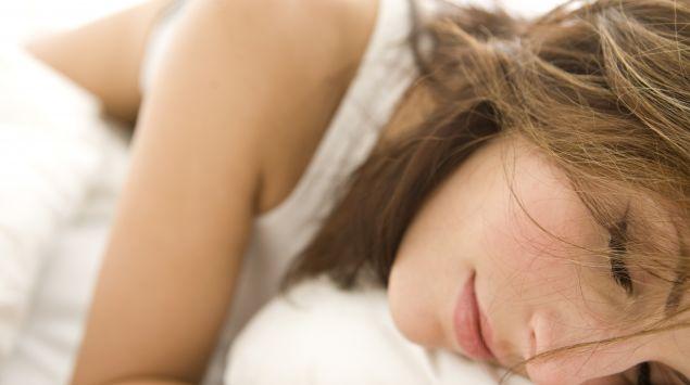 Das Bild zeigt eine Frau, die schläft.