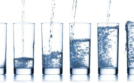 Das Bild zeigt unterschiedlich mit Wasser gefüllte Gläser.