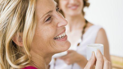 Das Bild zeigt zwei Frauen beim Espresso trinken.