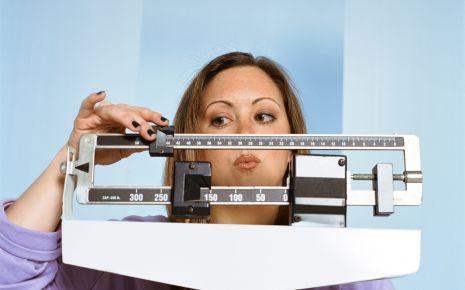 Eine Frau wiegt sich.