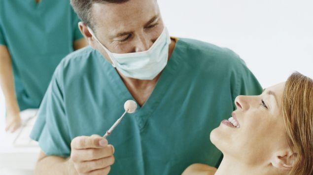 Das Bild zeigt eine Patientin und einen Zahnarzt.