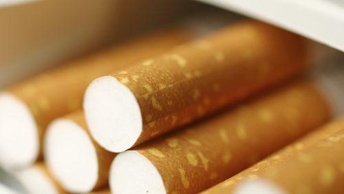 Man sieht eine Schachtel Zigaretten.