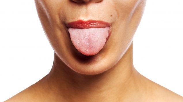 Das Bild zeigt eine Frau, die die Zunge herausstreckt.